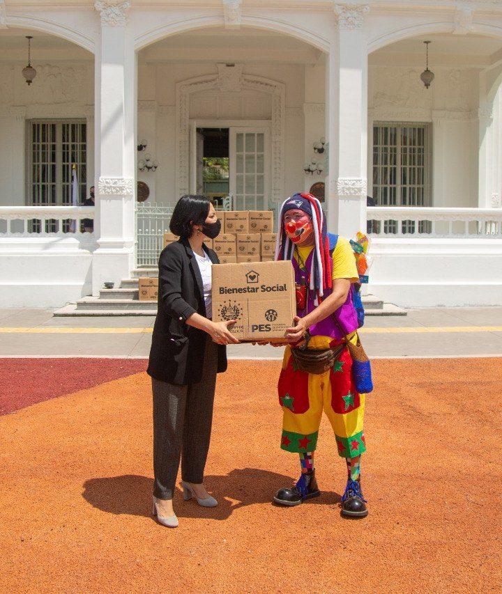 Entregan paquetes alimenticios a trabajadores circenses
