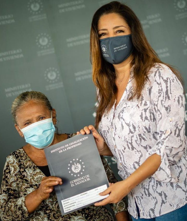 Familias afectadas por IDA reciben escrituras en La Paz