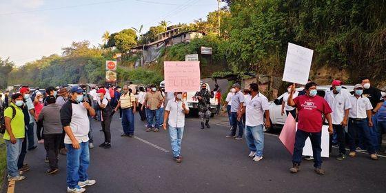 Empleados municipales bloquearon diferentes calles del país, por el retraso del FODES