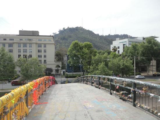 Detienen a carabinero por provocar caída de adolescente desde Puente Pio Nono de Chile.