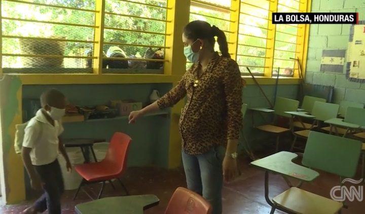Profesora hondureña imparte clases a niños indígenas