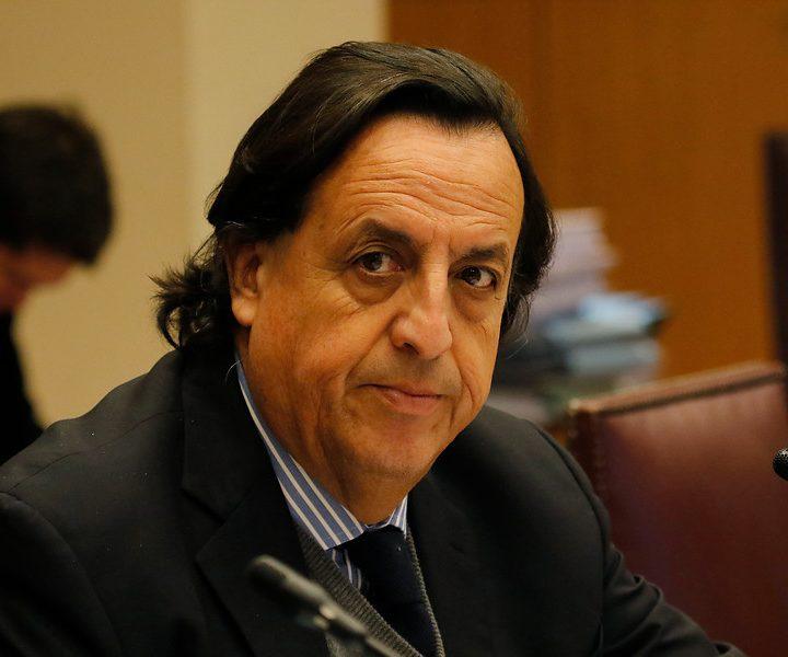 Ministro del interior chileno Víctor Perez deja su cargo.
