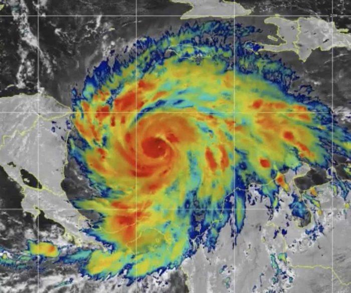 Iota disminuye pero amenaza con lluvias e inundaciones