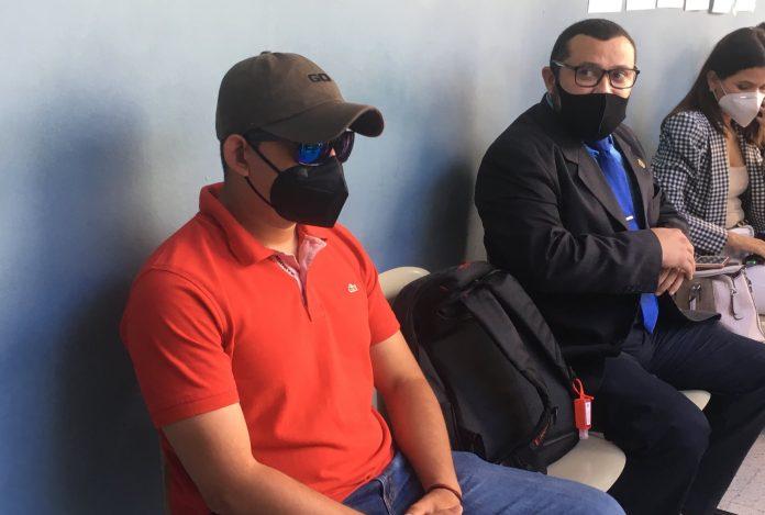 Policía acusado de violencia enfrentará cargos en libertad