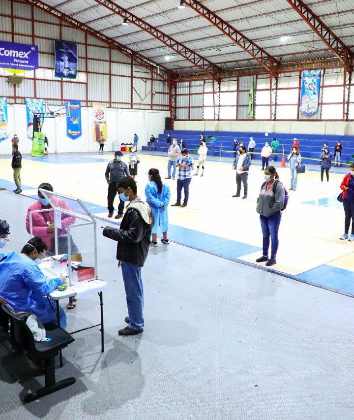 El Ministerio de Salud realiza pruebas de COVID en el gimnasio Adolfo Pineda, Santa Tecla