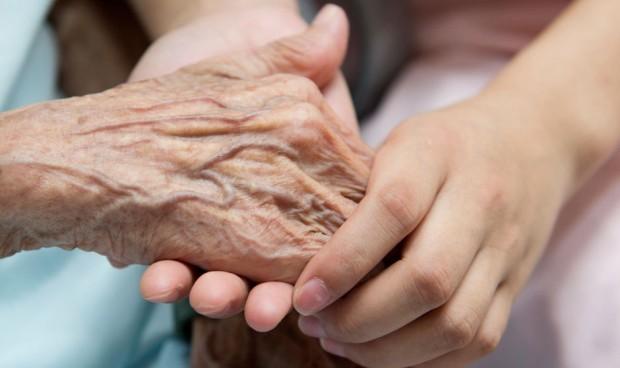 Ministro de Salud preocupado por síntomas de personas de tercera edad