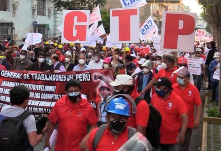 Peruanos exigen cambiar constitución del país