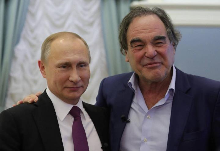 Oliver Stone se aplica la vacuna rusa contra el Covid19