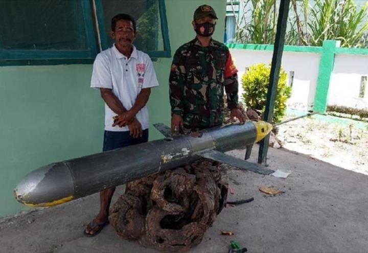 Hombre captura drone chino en Indonesia