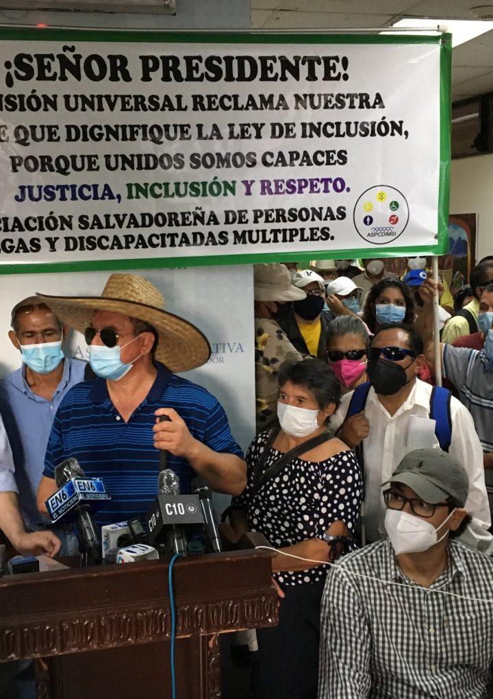 Personas ciegas y discapacitadas solicitan se apruebe decreto de una pensión universal