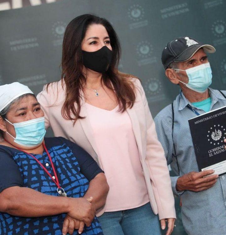 Entregan escrituras de propiedad a familias del municipio de Nuevo Cuscatlán, La Libertad