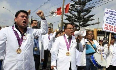 Galenos comienzan huelga indefinida en Perú