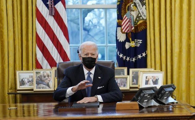 Biden anula prohibición de Trump de que personas transgénero sirvan en las FFAA