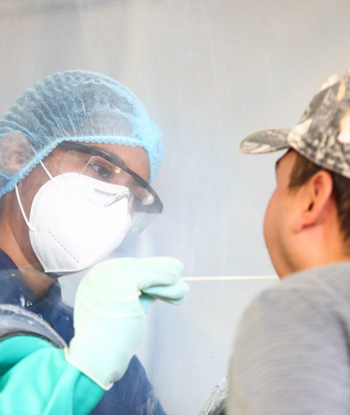 El Ministerio de Salud realiza pruebas PCR en el parque de San José La Majada, del municipio de Juayúa, Sonsonate