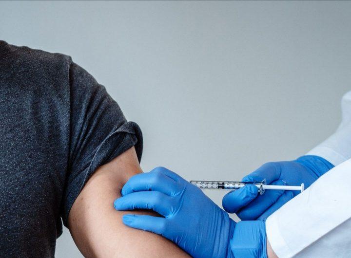 Muchos latinos aún se rehúsan a vacunarse contra el COVID-19