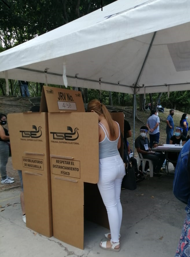 La juventud salvadoreña ejerciendo el voto
