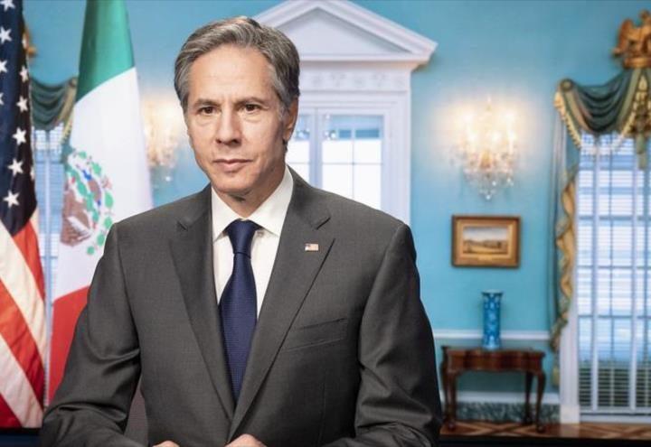Blinken se toma foto con bandera de México al revés