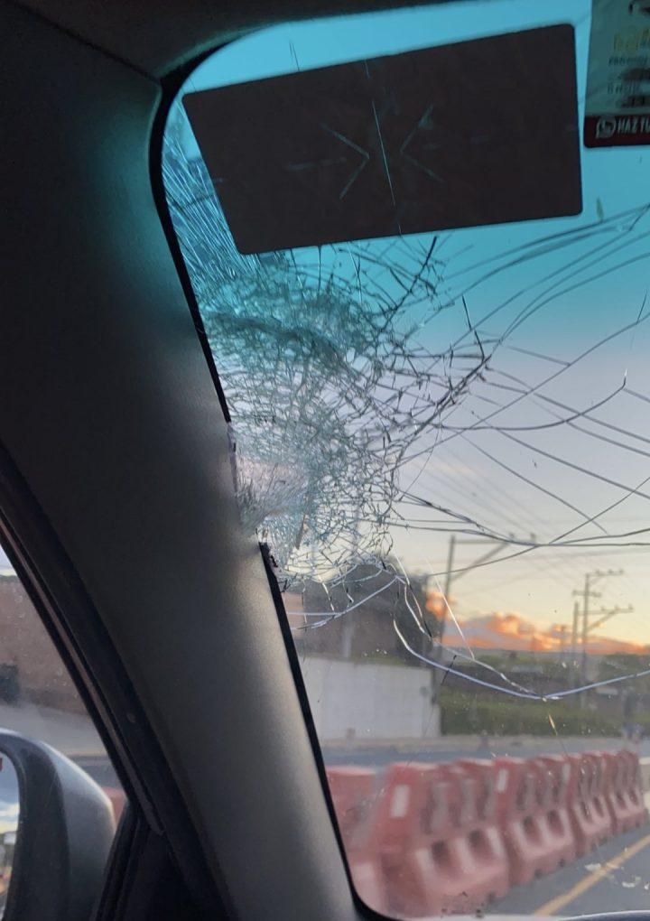 Denuncian a persona dañando vehículos en carretera al puerto de La Libertad