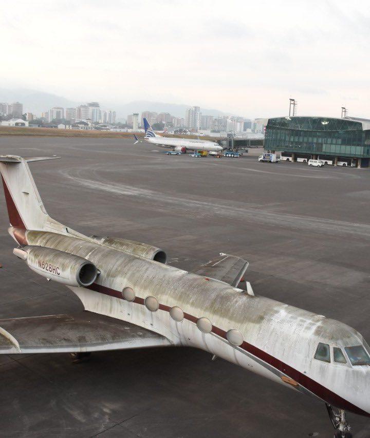 Aeropuerto Internacional La Aurora cierra operaciones por caída de ceniza