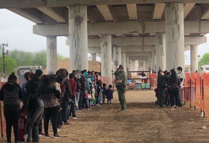 Guardia fronteriza de EEUU retiene migrantes bajo puente
