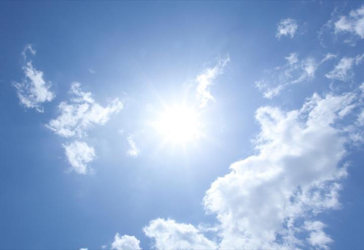 Estudio confirma que tomar el sol reduciría riesgo de muerte por COVID-19
