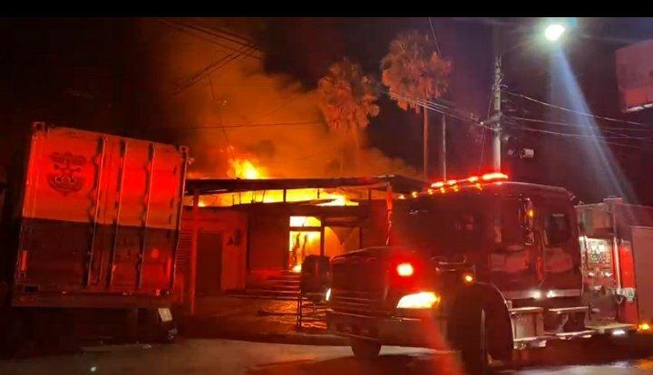 Un incendio de grandes proporciones se produjo en el mercado de San Miguel