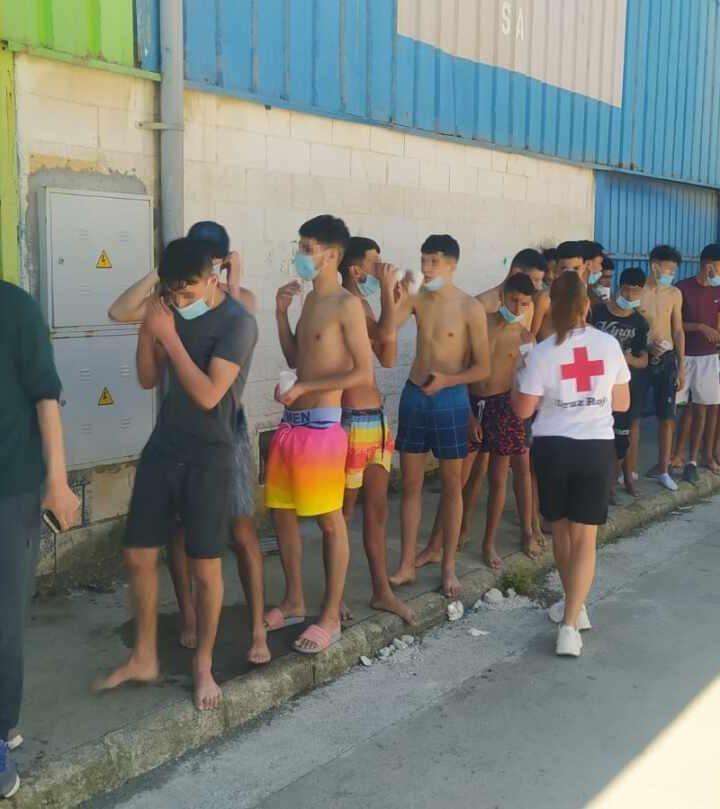 Multitud de más de 3000 marroquíes nadan hacia España