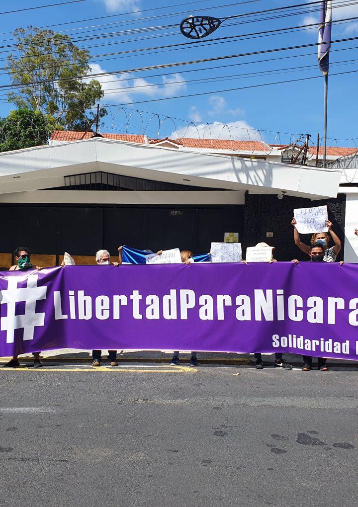 Activistas feministas reclaman accionar de Ortega frente a Embajada de Nicaragua en el país