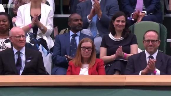 Reconocen en partido de tenis a científica Sara Gilbert