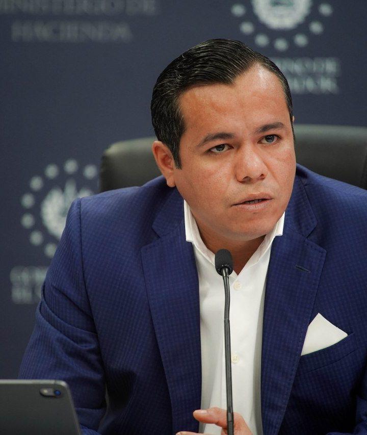 «Los salarios se seguirán pagando en dólares», ministro de Hacienda