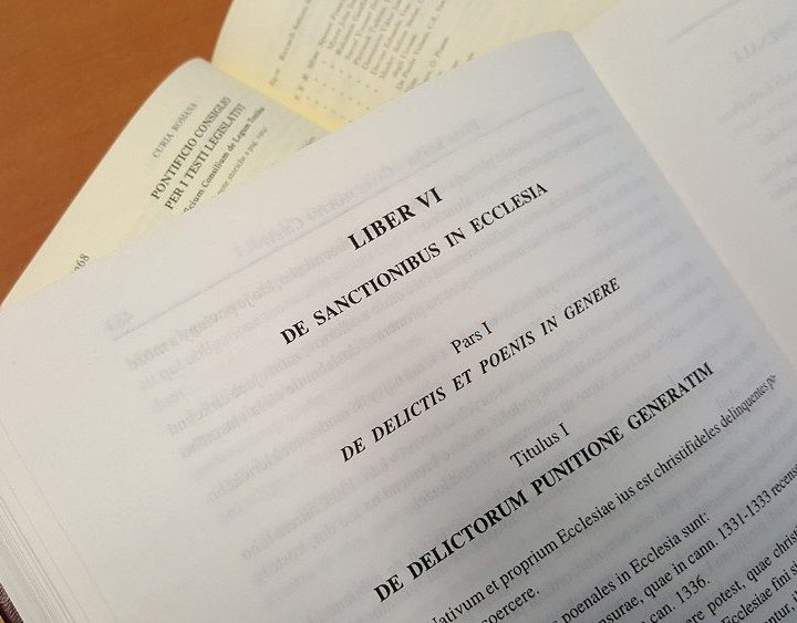 Papa Francisco incluye nuevos delitos en el Código de Derecho Canónico