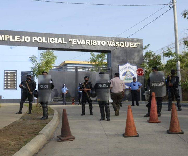 Policía nicaragüense evita llegar a familiares ver a sus detenidos