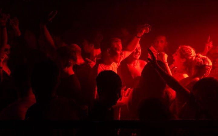 Jóvene de Reino Unido celebran apertura de discotecas tras más de un año cerrado por pandemia
