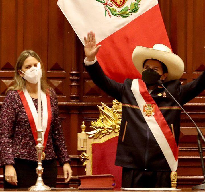 Pedro Castillo asume presidencia y promete una nueva Constitución