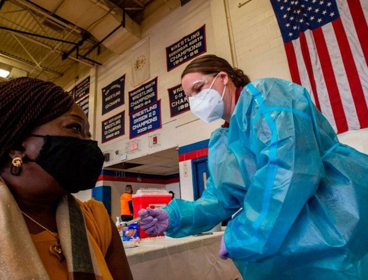 El 99.99% de estadounidenses vacunados no presentan cuadros graves de COVID-19, según la CDC