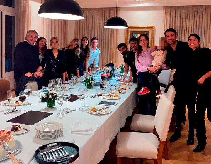 Presidente argentino participó en distintas reuniones en medio de cuarentena estricta