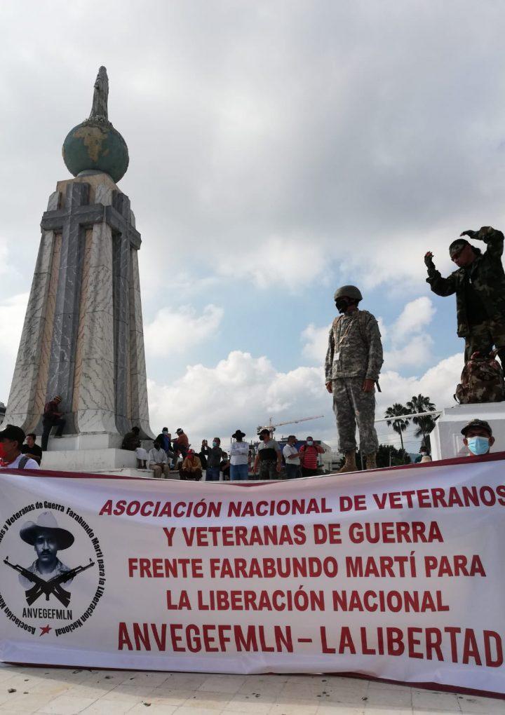 Veteranos y jueces se reunen en la plaza Salvador del Mundo