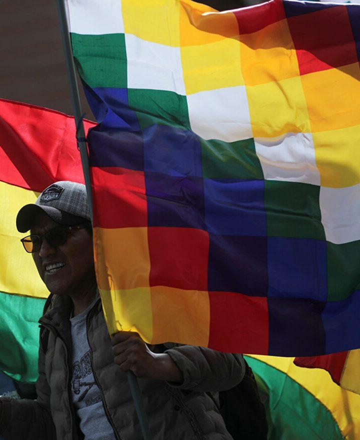 Polémica por retiro de bandera Whipala en Bolivia