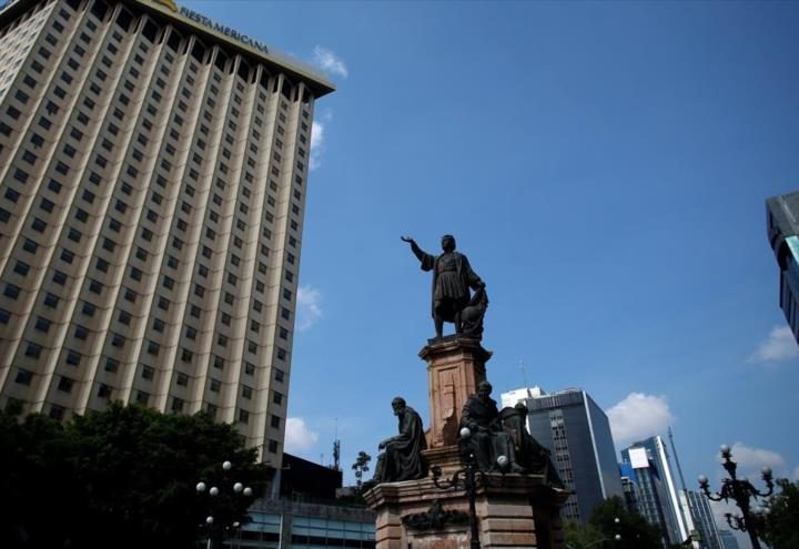 Estatua de mujer indígena sustituye a una de Colón en Ciudad de México