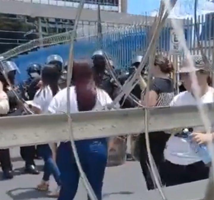 Manifestantes reclaman no permitirles el ingreso a la Asamblea Legislativa