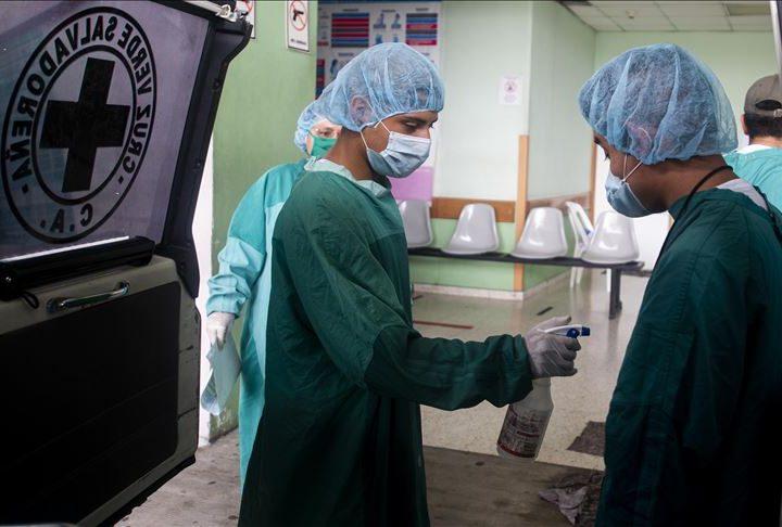 Médicos denuncian en redes sociales un alza en casos de COVID-19