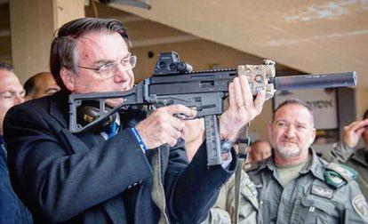 Denuncia contra Bolsonaro por utilizar niños en promoción de armas