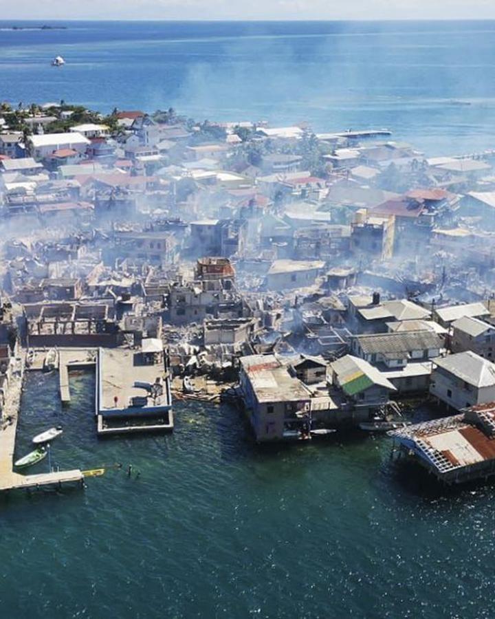 Incendio deja habitantes en abandono en Guanaja, Honduras
