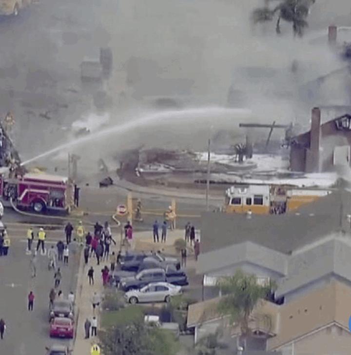 Mueren 2 personas tras caída de avioneta en California