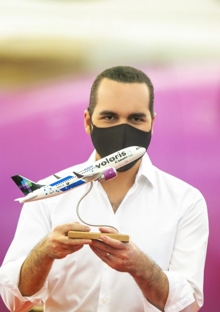 Presidente presume de utilizar Bitcoin en nueva aerolínea
